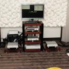 Najlepszy dźwięk w kategorii plików generował system, w którym jednym z komponentów był serwer Auralic Vega z najnowszym oprogramowaniem polsko-holenderskiej firmy JPlay, odtwarzającym tylko (!) muzykę zapisaną w bezstratnych formatach. Pod nim stał zbalansowany preamp Taurus Pre, a po bokach czaiły się 400-watowe monobloki Merak. Zestaw uzupełniały podstawkowe kolumny Kawero! Chiara niemieckiej firmy Kaiser Acoustics. Gdybym miał wybierać pomiędzy nimi a nowym mercedesem, nie zastanawiałbym się ani sekundy. Nie wiem, czy to zasługa elektroniki, oprogramowania, czy kolumn, ale brzmienie było genialne. Boję się myśleć, co potrafią podłogowe Kawero!