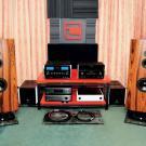 Konstruktorzy łódzkiej firmy Tatami Audio mają gdzieś anorektyczne kształty i patykowate lifestyle'owe skrzyneczki. Ich kolumny Glasba Speakers przybrały kształt zbliżony w przekroju do samolotowego skrzydła i nie był to, bynajmniej, przerost formy nad treścią. Zasilane amerykańskimi piecami, Glasba Speakers zabrzmiały pierwszorzędnie.