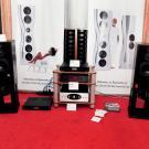 Na tegorocznej wystawie można było posłuchać monitorów Harbeth Super HL5 Plus, zasilanych elektroniką Rogue Audio i Gamuta. Ciekawostką w tym towarzystwie był lampowy odtwarzacz strumieniowy Bluetooth polskiej firmy JAG Electronics.