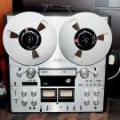 Niezwykle rzadki Philips N4522 (1979-1984), wyposażony m.in. w trzy silniki kontrolowane zegarem kwarcowym, liniowy licznik czasu rzeczywistego i długości taśmy oraz trzy prędkości nagrywania i odtwarzania (9,5; 19 i 38 cm/s).