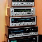 Na samym szczycie stoi czterokanałowy wzmacniacz Sansui. Pod nim – najpiękniejsze amplitunery na całym Audio Show 2014.