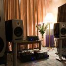 Potężne podłogówki ADAM Tensor dusiły się w ciasnym pokoju. Za to głośniki przeznaczone do montażu w ścianie zagrały bardzo dobrze. (fot. M.T.)