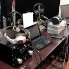 To nie warsztat radioamatora-hobbysty, lecz stanowisko odsłuchowe maniaków słuchawek.