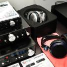 Chińska firma Audio-gd oferuje niezliczone przetworniki c/a, przedwzmacniacze oraz wzmacniacze cyfrowe i słuchawkowe, które będą w stanie wprowadzić w błogostan każdego niezbyt zamożnego miłośnika zdematerializowanej muzyki.