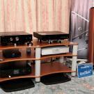 Kolejny debiutant to młody producent głośników z Litwy – AudioSolutions. Kolumnom z serii Rhapsody partnerowała elektronika brytyjskiej firmy Onix. Miłe dla oka wzornictwo i eleganckie brzmienie dla dżentelmenów.