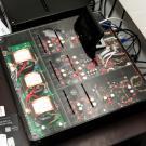 Tak wygląda wnętrze DAC-a Audio-gd NFB-7.32. Mamy tu 32-bitowy przetwornik Sabre ES9018, rezonatory kwarcowe TCXO, zbalansowany tor analogowy z wyjściami XLR oraz trzy transformatory R-core w sekcji zasilania. Wszystko za 5800 złotych polskich.