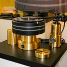 Nowość w ofercie Kuzmy - z marca 2015. Stabi XL DC wyposażono w nowy zasilacz i silnik prądu stałego oraz charakterystyczny niebieski pasek z tworzywa sztucznego. Producent zapewnia, że nowy układ napędowy gwarantuje jeszcze stabilniejsze obroty talerza, co przekłada się na wyższą jakość dźwięku.